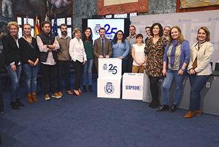 El presidente del Cabildo, Carlos Alonso; la vicepresidenta de Sinpromi, Coromoto Yanes y personal técnico de Sinpromi, junto a un grupo de centros y usuarios del proyecto ME
