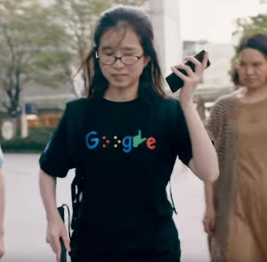 Persona Invidente escuchando indicaciones de Google Maps