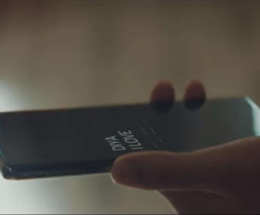 Persona sujetando un teléfono móvil