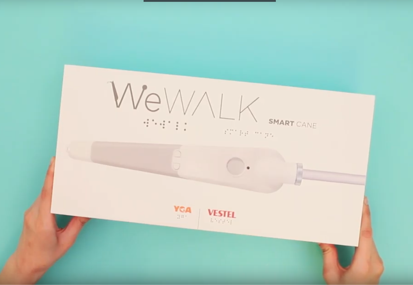 Fotografía del bastón inteligente weWalk en su caja