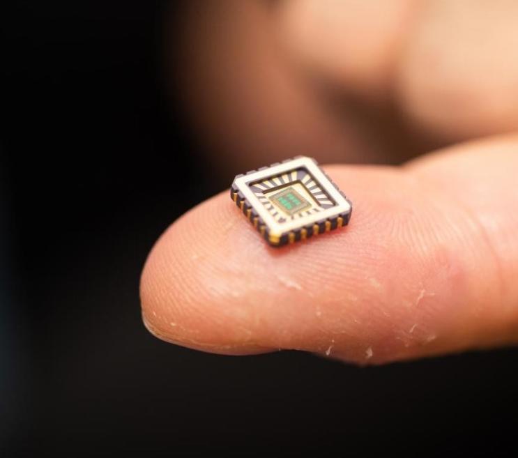 Fotografía de un chip que imita el comportamiento de una neurona.