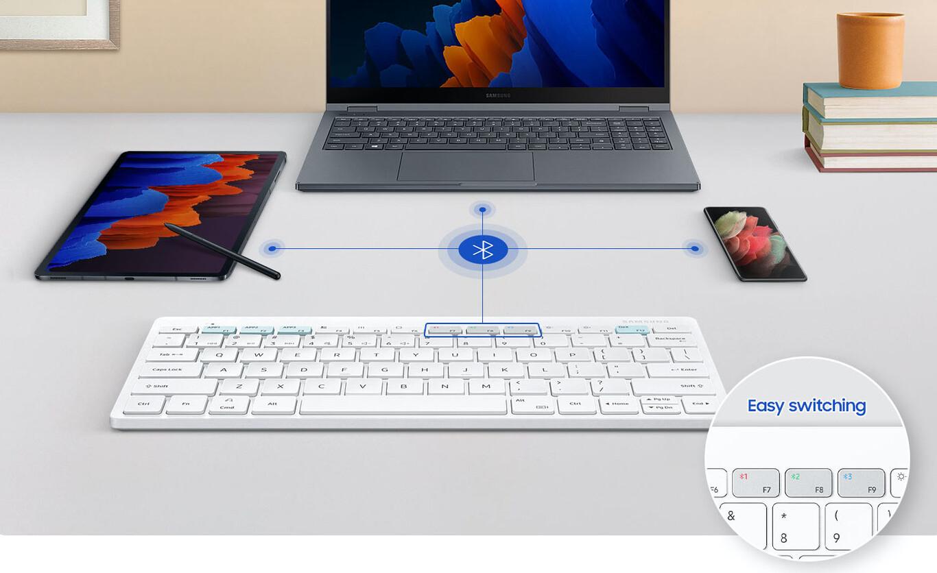 Teclado inalámbrico con portátil, móvil y tablet a su lado