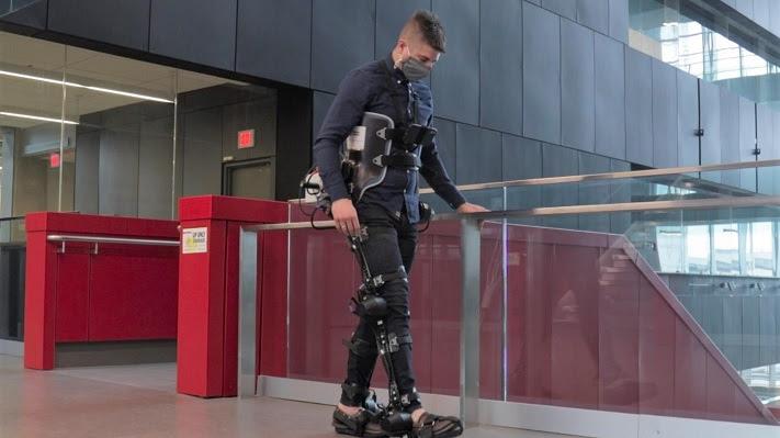Persona caminando con un exoesqueleto