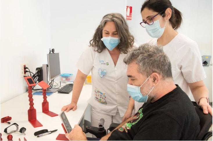 Personal del hospital y paciente frente a piezas impresas en 3D