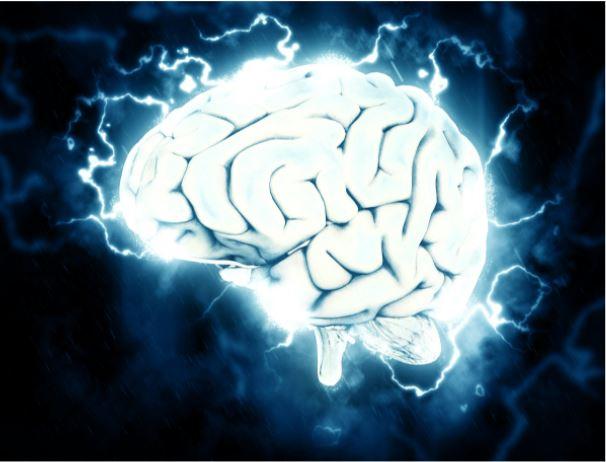 Cerebro blanco con conexiones sinápticas sobre un fondo oscuro