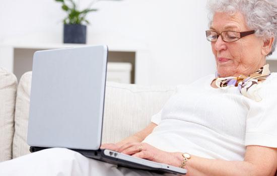 Mujer mayor usando un portátil