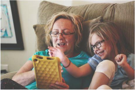 Abuela y nieta delante de una tablet