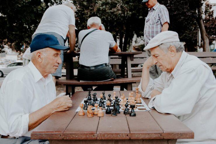 Dos hombres mayores juegan al ajedrez.
