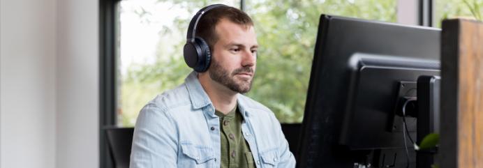 Hombre joven sentado delante de un ordenador
