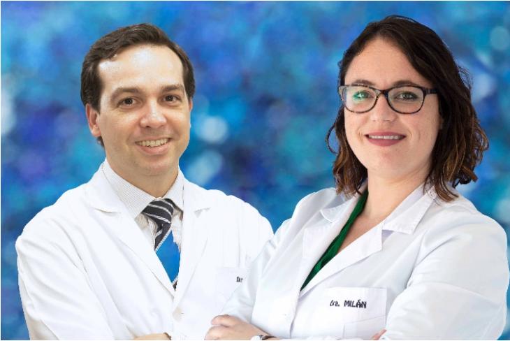 Foto de dos profesionales médicos