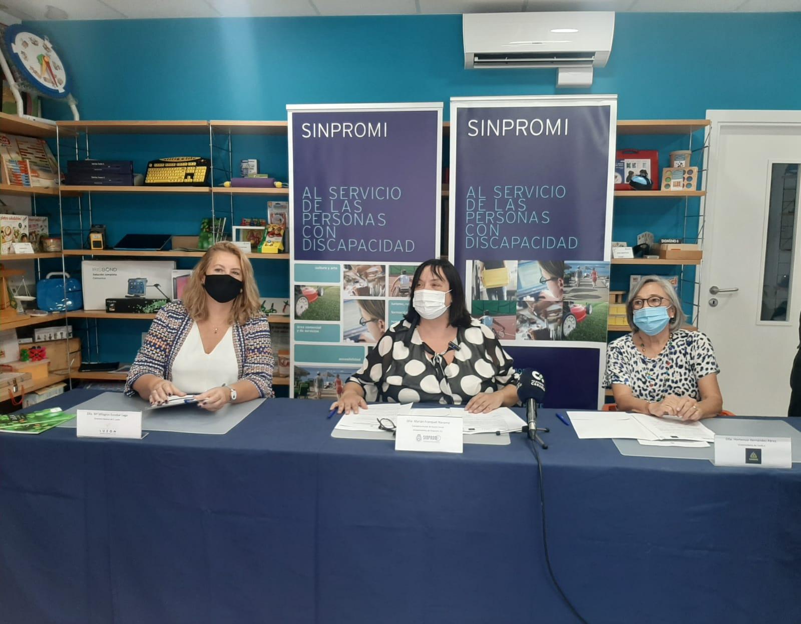 Mesa de firma de convenio Dña Marian FRanquet, Dña May Escobar y Dña Hortensia Hernández